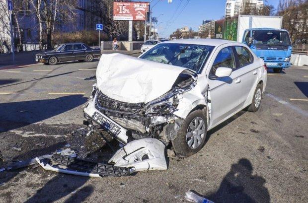 В Киеве таксист на огромной скорости протаранил Peugeot: смяло, как жестяную банку, троих пытаются спасти