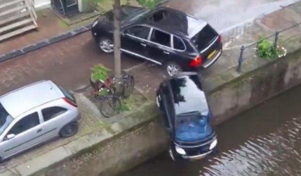Youtube підкорив ролик, де Porsche втопив припаркований Smart