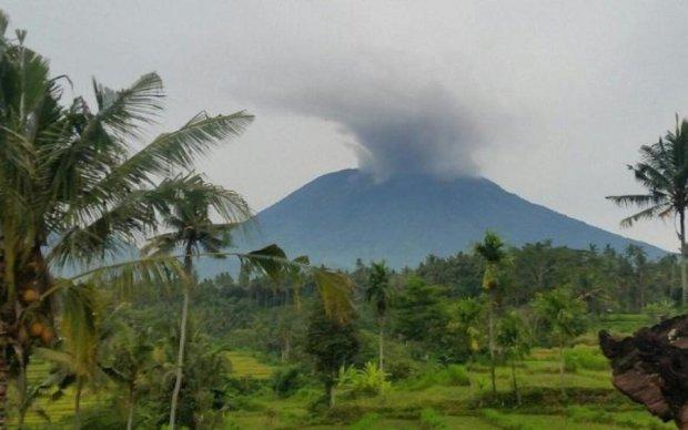 Агунг прокинувся: Балі затягнуло попелом, земля йде з-під ніг
