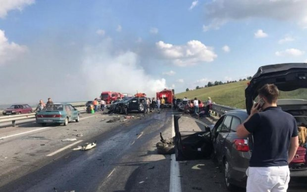 Автобус і дві вантажівки влаштували місиво під Ростовом, є жертви