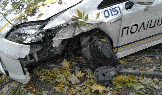 После удара в дерево у львовского патруля отлетело колесо (фото)