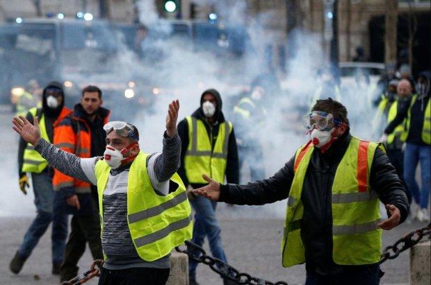 """Париж страшно лихорадит: """"желтые жилеты"""" идут в наступление, полиция задерживает протестующих, выдвинуты требования"""