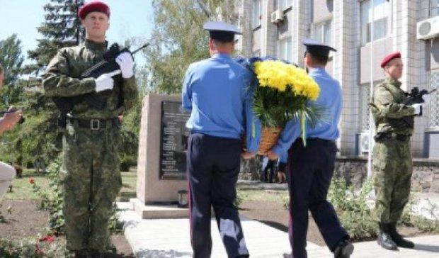 В Мариуполе открыли стелу в честь милиционеров Донетчины, погибших в АТО