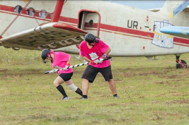 """Участники """"Зважені та щасливі"""" преодолели сложнейшее испытание: самолеты, парашюты и жуткий ураган"""