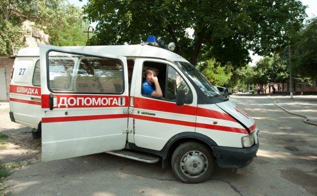 Под Киевом пьяные в хлам малолетки устроили драку с медиками: видео дичи