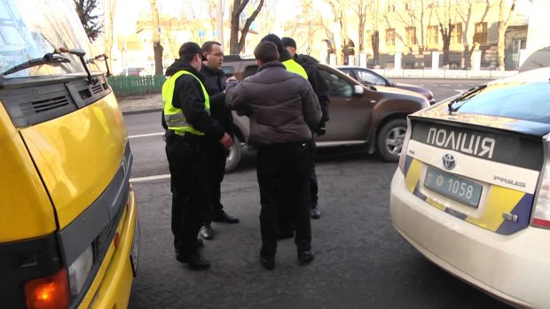 """Водитель столичной маршрутки со злости протаранил авто копов и кричал """"тварь!"""""""