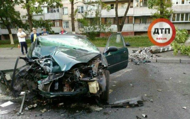 Моторошна ДТП в спальному районі Києва: іномарка обійняла стовп