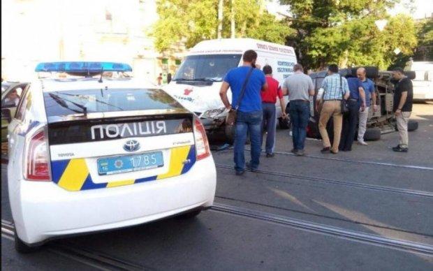 Двойное ДТП в Киеве превратило машины в груду железа, есть пострадавшие