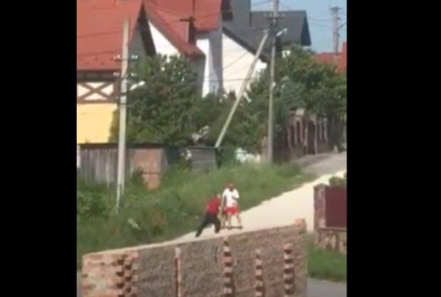 На Тернопольщине одичавший чиновник держит в страхе все село - натравливает собаку и орет