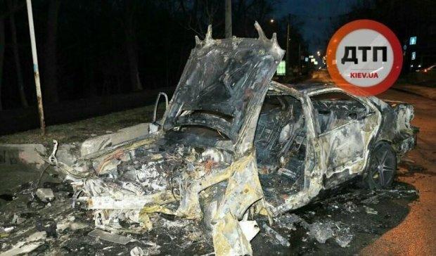 У Києві після зіткнення дотла згорів автомобіль