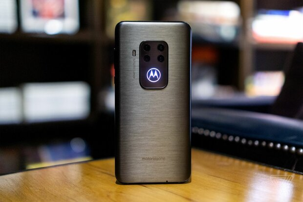 MOTOROLA ONE ZOOM, The Verge