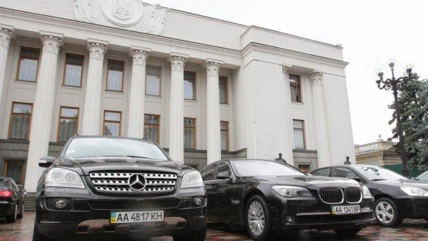 """Поки """"євробляхери"""" бунтують, у парламент купують новенькі Toyota Camry за 5 млн гривень"""
