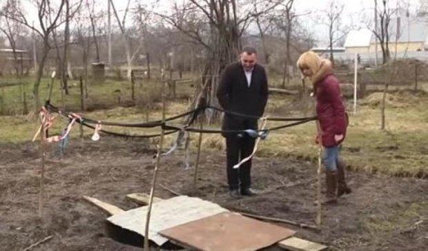 Жители Львовщины случайно  добыли нефть на своем участке