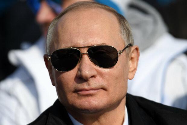У Києві повісили Путіна в чорних окулярах