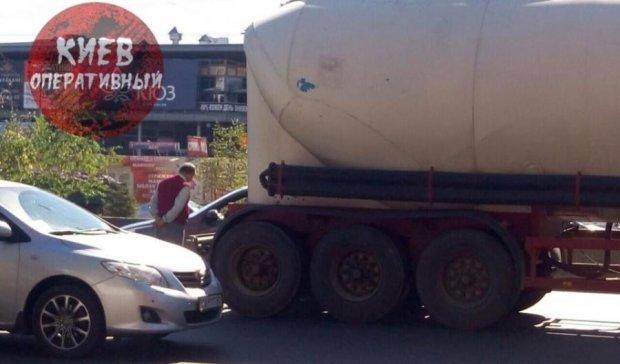 Рух на в'їзді до Києва паралізувала аварія (ФОТО)