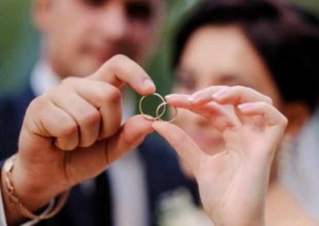 Одружитися та розлучитися українці зможуть не тільки у РАЦСі, куди звертатися