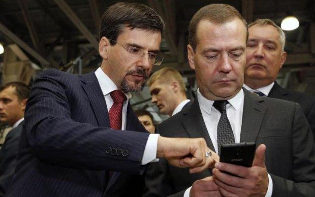 Голосують трупи, а читають боти: стало відомо, кому пише Медведєв в Twitter