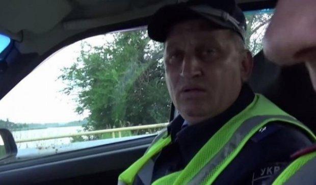 Запорізькі даїшники хабарі беруть рибою (відео)