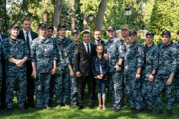 Годинник від президента, весілля і житло в Одесі: Зеленський зустрівся зі звільненими моряками