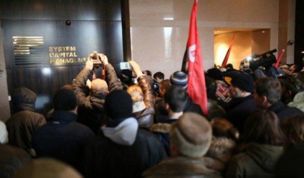 Участники Вече на Майдане ворвались в офис Ахметова (фото)