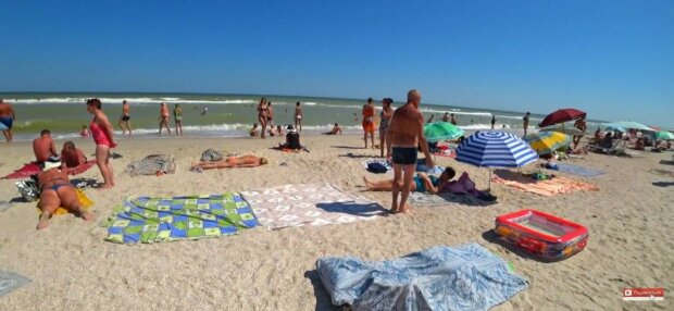 """Курорт под Запорожьем """"захватила"""" армия туристов - купальники, пиво и никаких масок"""