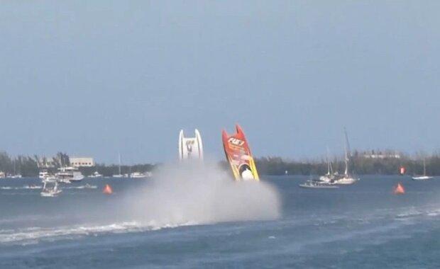 На величезній швидкості човни зіткнулися і злетіли в повітря, кадр з відео