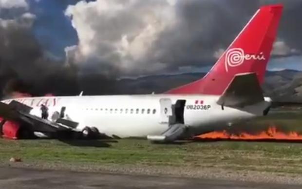В Перу вспыхнул самолет при посадке