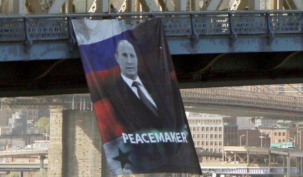 """На Бруклінському мосту повісили банер з російським """"миротворцем"""""""