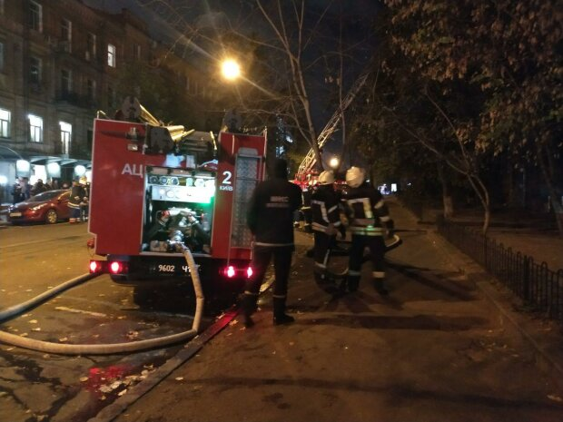 Пекельний Хелловін у Києві закінчився пожежею: людей масово евакуюють, вся вулиця смердить газом, фото з місця НП