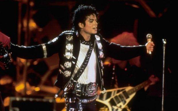 Мертвый Майкл Джексон зарабатывает больше нас всех вместе взятых