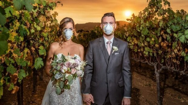 Любовь во время чумы: в Киеве пара поженилась в масках и перчатках в разгар пандемии