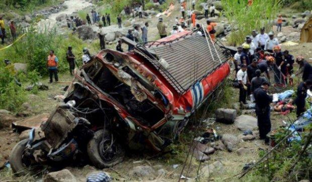 Переполненный автобус упал в пропасть в Непале: 30 погибших