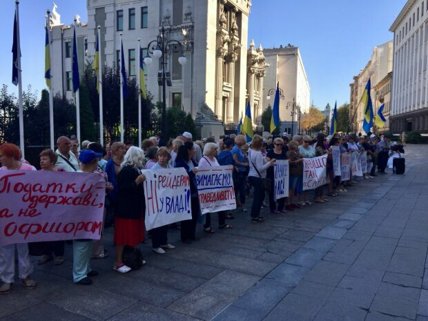 Администрацию Зеленского окружили сотни разъярённых украинцев,  опасность в воздухе: люди умоляют лишь об одном