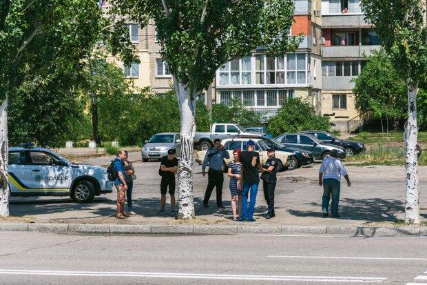 """""""Жери землю, бл*дь!"""": У Дніпрі дві подруги влаштували криваві розбірки на вулиці, відео 18+"""