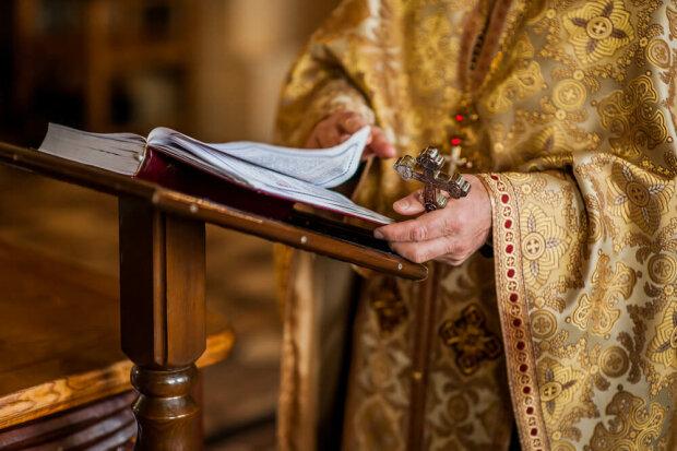 """Священик погрозами змушує прихожан ходити до церкви: """"Святий Михайло вам голови повідкручує"""""""