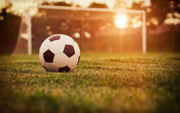 Смертельна гра: футболістів ледь не розчавило на полі, моторошний момент потрапив на відео