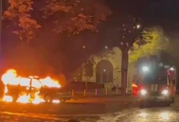 В Киеве сгорело авто, кадр из видео
