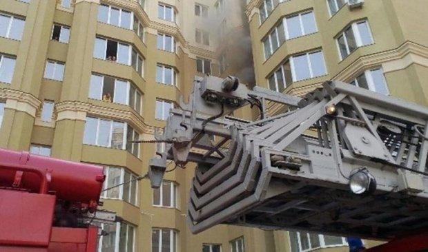 Десятки человек экстренно эвакуировали из-за пожара в пригороде Киева