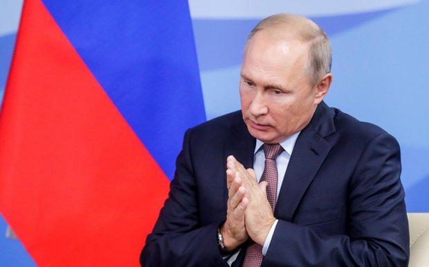 """Путін занурився в """"приватну"""" ополонку на Водохреща, соцмережі - в істериці: став ще менше"""