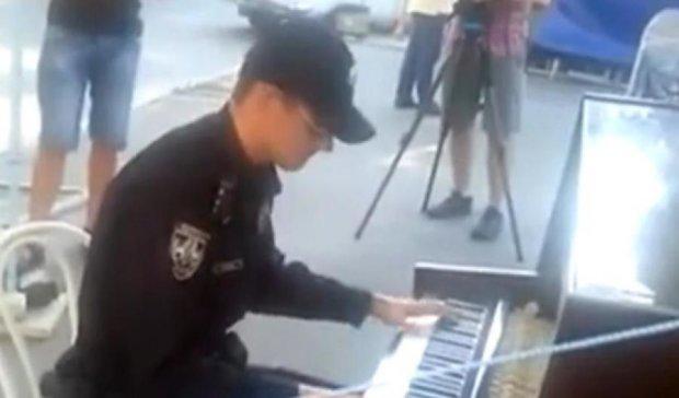 """Патрульний зіграв на піаніно пісню гурту """"Оne republic"""" (відео)"""
