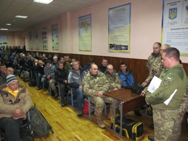 Этот народ тебе не победить, Путин! Украинцы заполонили военкоматы, парни и девушки готовы выступить против агрессора
