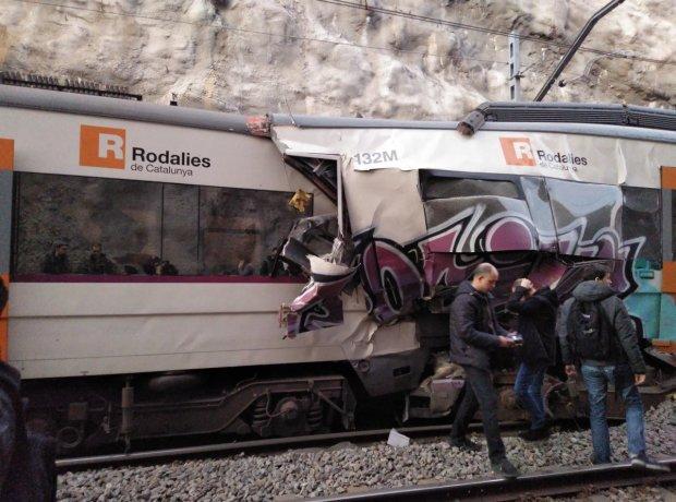 Два потяги зіткнулися лоб в лоб на фатальному місці: машиніст помер на місці, більше сотні постраждалих