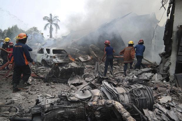 Літак відомої авіакомпанії розбився вщент, сотні жертв: відео