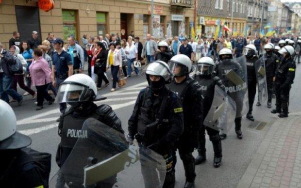Під конвоєм поліції: у Польщі вшанували пам'ять українських воїнів