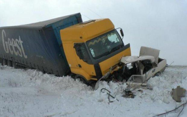 Поворот не туди: легковик на швидкості влетів у вантажівку, є жертви