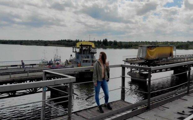 Влізла в парі Зеленського та Філатова - скандальна модель з Дніпра роздяглася на зруйнованому мосту під Нікополем, яка гаряча
