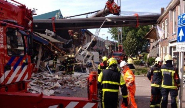 У Нідерландах на житлові будинки впали два будівельні крани (відео)