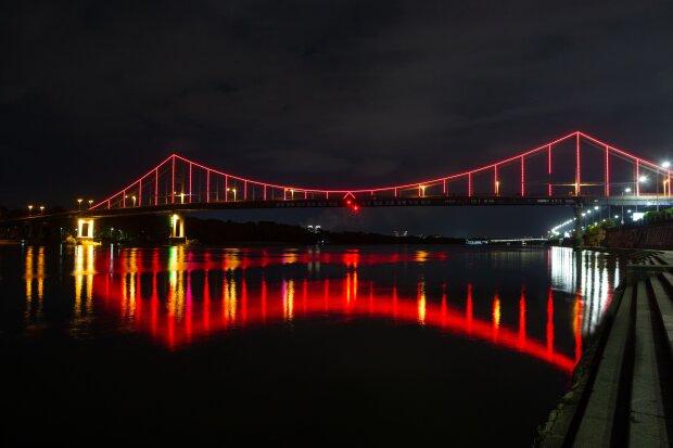 До Дня серця у Києві підсвітили Пішохідний міст червоним кольором