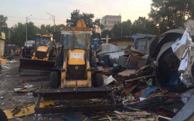 Демонтаж рынка в Киеве: поймали первых мародеров