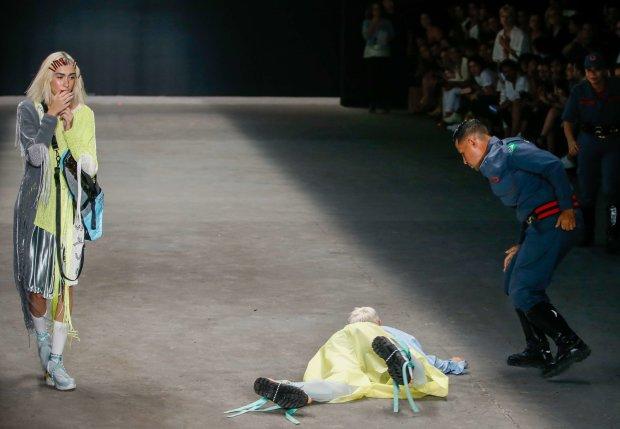Зрители думали, это часть шоу: смерть модели прямо на подиуме шокировала мир